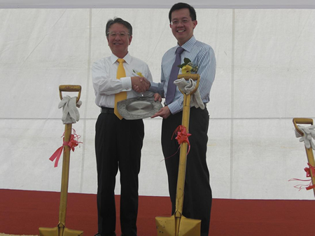 President Taketsugu Fujiwara, Asahi Kasei Corp., presents Chairman Leo Yip, Singapore Economic Development Board, with a token of appreciation after the groundbreaking.
